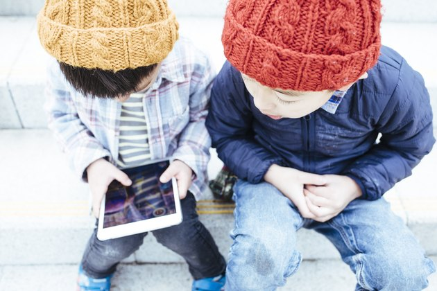 Boys who operates a tablet